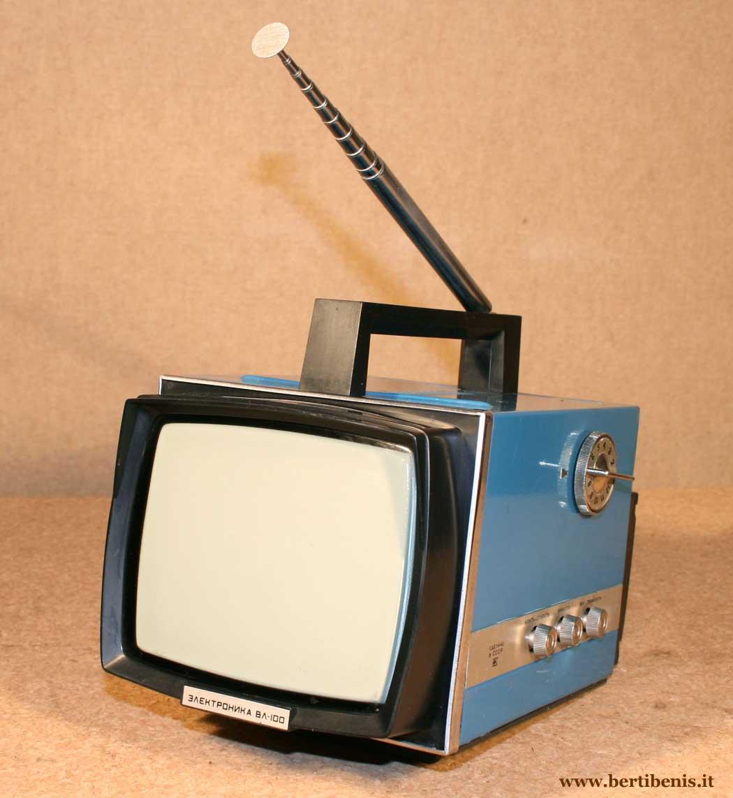 """...специально для деревни (он тогда домик в Псковской области купил) был портативный телевизор  """"Электроника ВЛ-100 """" ."""